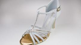 Jak przełamać nudę w butach ślubnych? LIFESTYLE, Moda - Klasyczne wzory obuwia ślubnego coraz częściej ustępują jednak miejsca butom zgodnym z najnowszymi trendami mody. A w modzie na topie są aktualnie kolory i bogate zdobienia.