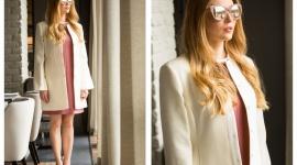 Jak wyglądać profesjonalnie i kobieco, czyli idealny strój do pracy LIFESTYLE, Moda - Strój do pracy nie musi składać się z białej koszuli i granatowych spodni. Wybierając ubrania, w których klasyka łączy się z najnowszymi trendami, wciąż możemy wyglądać elegancko, a przy tym bardzo kobieco. Jak to zrobić? Odpowiedź znajdziecie poniżej.