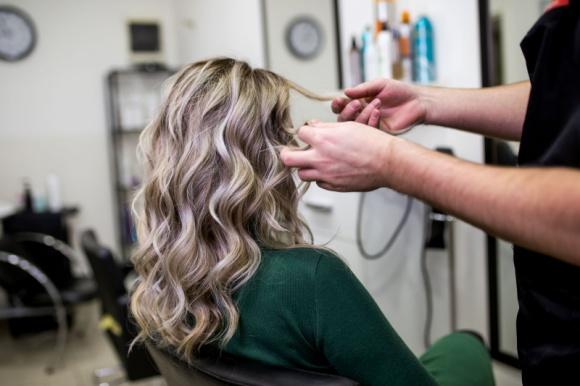 TOP 5 porad dla włosów dojrzałych LIFESTYLE, Uroda - Czasu nie da się zatrzymać. Choć usilnie próbujemy pozbyć się zmarszczek często zapominamy, że proces starzenia dotyczy także włosów. Chociaż wiek włosów nie zawsze pokrywa się z wiekiem właścicieli, ich pielęgnacja wymaga szczególnej uwagi.