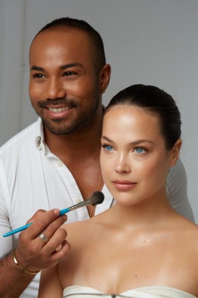 Spektakularny makijaż wieczorowy, dzięki trikom Harrego J LIFESTYLE, Uroda - Harry J, wizażysta marki Kontigo i makijażysta gwiazd, mówi o najnowszych trendach w makijażu wieczorowym oraz trikach, które pomogą w stworzeniu spektakularnego makijażu wieczorowego.